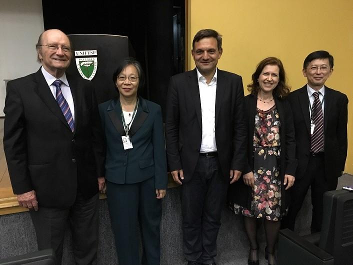 da esquerda para a direita: Dr. Luiz Kulay, Dra. Mary Nakamura, Dr. Thomas Breitkreuz, Dra. Iracema Benevides, Dr. Jorge Hosomi